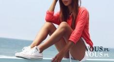 szczupła dziewczyna w sportowym stroju nad morzem