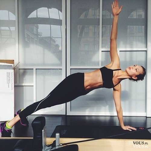 ćwiczenia na boczki, joga, fit dziewczyna
