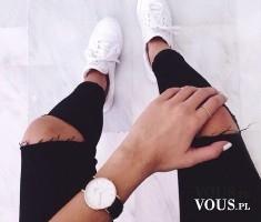 modny zegarek , jakie zagarki są modne, czarne spodnie, spodnie z dziurami, sportowe buty