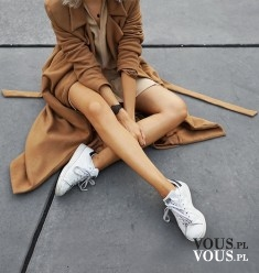 zgrabne nogi, brązowy płaszcz, sportowe buty,