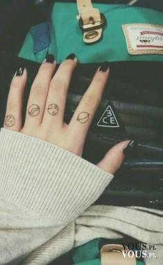 czarne paznokcie, tatuaże na palcach