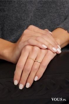 delikatny pierścionek, jak dbać o dłonie