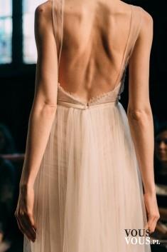 sukienka z dekoltem na plecach