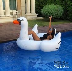 relaks w basenie, dmuchana kaczka