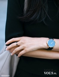 delikatne pierścionki, modny zegarek