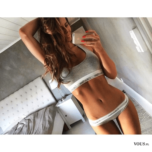 Szczupła kobieta, fit ciało, sposoby na płaski brzuch