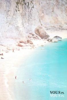 Kamienista plaża, błękitna woda.