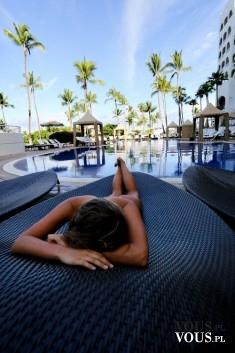 Chwila odpoczynku przy basenie.
