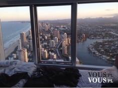 Widok z okna na panoramę miasta.