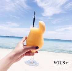 pomarańczowy drink na plaży