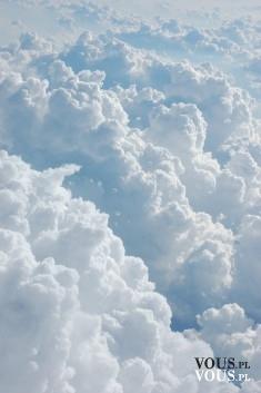 chmury widziane z samolotu