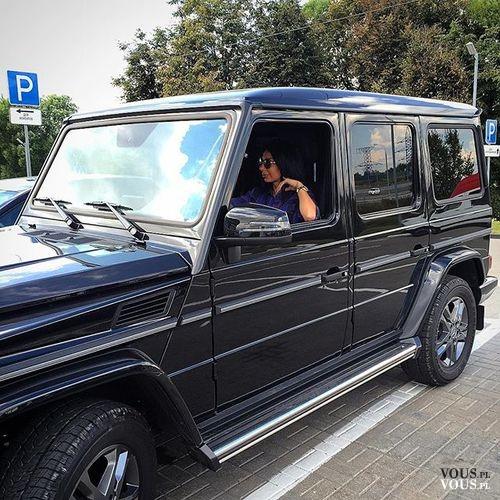 czarny sportowy wóz