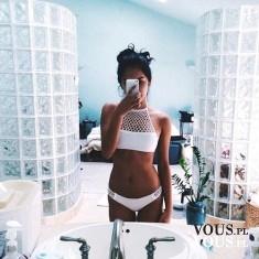 szczupła dziewczyna w bikini