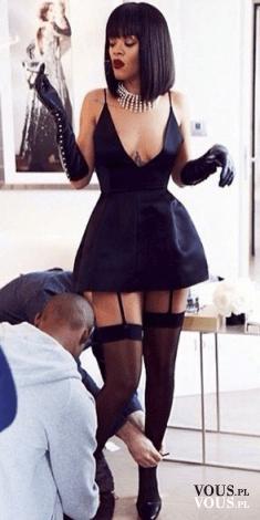 Rihanna w odważnej stylizacji. Krótka czarna sukienka z głębokim dekoltem. Stylizacje gwiazd.