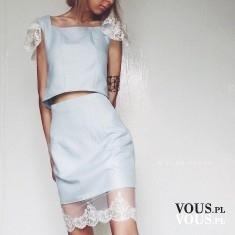 Błękitny komplet z koronkowym wykończeniem. Błękitna spódniczka i krótka bluzka z koronkowymi rę ...