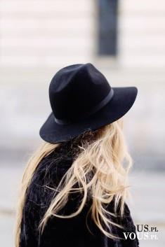 Śliczny kapelusz wełniany czarny na jesień, blond włosy