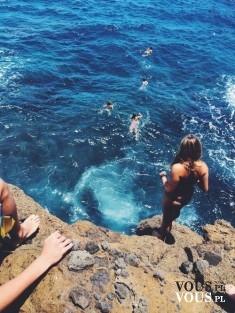 Skok do wody. Wakacyjna rozrywka. Pływanie w oceanie.
