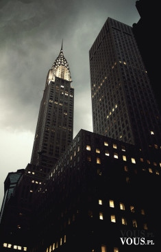 Miasto nocą. Wysokie budynki. Metropolia nocą.