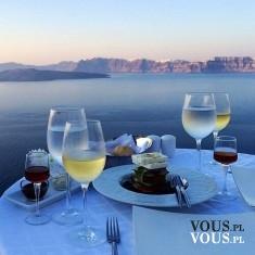 Romantyczna kolacja nad brzegiem oceanu. Romantyczna sceneria.
