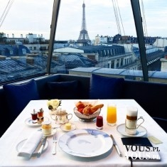 Śniadanie z widokiem na Paryż. Wieża Eiffla o poranku.