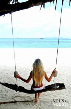 Relaks na plaży. Huśtawka na plaży. Wakacyjny relaks