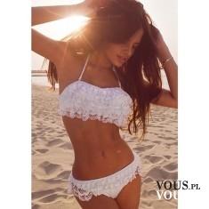 Białe bikini. Strój kąpielowy z koronki. Koronkowy strój na plażę. Seksowny i uwodzicielski kost ...