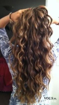 Długie falowane włosy. Jak dodać włosom i fryzurze objętości?