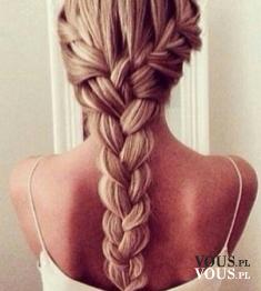 Piękny gruby warkocz. Dziewczęca fryzura nadająca włosom objętości.