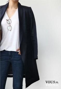 Klasyczny czarny płaszcz, biały t-shirt i cienki czarny płaszcz