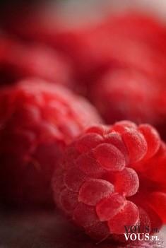 Soczyste i aromatyczne maliny, zdrowe i smaczne owoce sezonowe