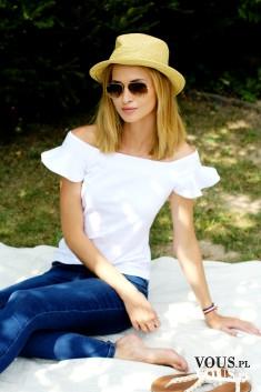 Wiosenna stylizacja, biała bluzeczka odsłaniająca ramiona, niebieskie dżinsy i biała bluzka