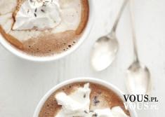 Kawa z bitą śmietaną, kawa na deser, pyszna kawa z dodatkami.