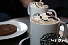 Deser w starbucks, duża porcja kawy, kawa z bitą śmietaną i czekoladą,