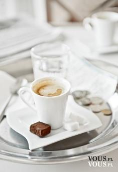Kawa espresso, jak pić espresso, serwowanie kawy espresso- sposoby, espresso i szklanka wody