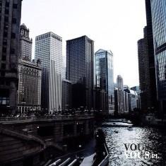 Wysokie wieżowce, duże miasto, rzeka w mieście