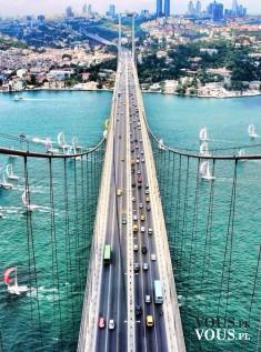 Ogromny most nad wodą, piękny widok z lotu ptaka, most w mieście