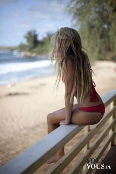 Odpoczynek na plaży, wakacje nad morzem, kobieta na plaży