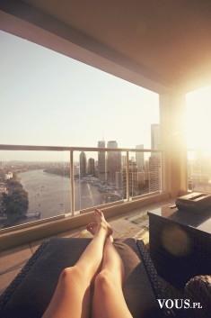 Relaks z widokiem na miasto, panorama miasta, odpoczynek na tarasie