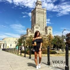 Stylizacja na spacer po mieście, krótka czarna sukienka, sukienka odsłaniająca ramiona