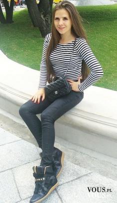 Codzienna stylizacja-pasiasta bluzka i czarne spodnie, czy paski poszerzają?
