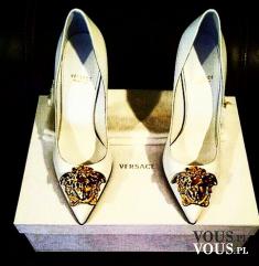 Cudowne białe szpilki z bogatym zdobieniem, szpilki Versace, białe szpilki ze złotym zdobieniem