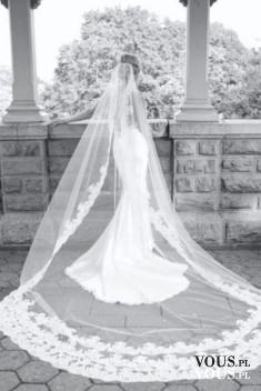Suknia ślubna z długim welonem, welon z koronkowym wykończeniem, dopasowana suknia ślubna