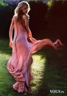 Zwiewna długa suknia, różowa suknia z lejącego materiału, długa suknia na wieczór