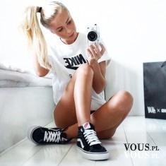Sportowa stylizacja, koszulka nike, czarne buty vans