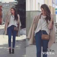 Beżowy ciepły płaszcz, prosta i elegancka stylizacja, dopasowane dżinsy i kremowy sweterek