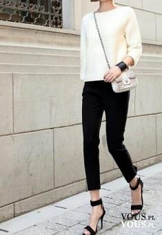 Elegancja i minimalizm, klasyczne połączenie bieli i czerni, wąskie czarne spodnie i biały sweterek
