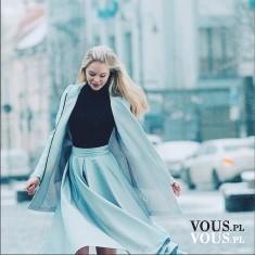 Błękitna stylizacja, rozkloszowana błękitna spódnica midi i ciepły błękitny płaszcz,