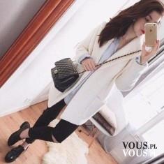 Biały klasyczny płaszczyk i czarne dodatki, czerń i biel
