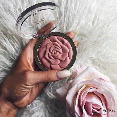 róz do twarzy w formie róży