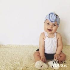 Słodki uśmiechnięty bobas, kiedy dzieci zaczynają się śmiać?